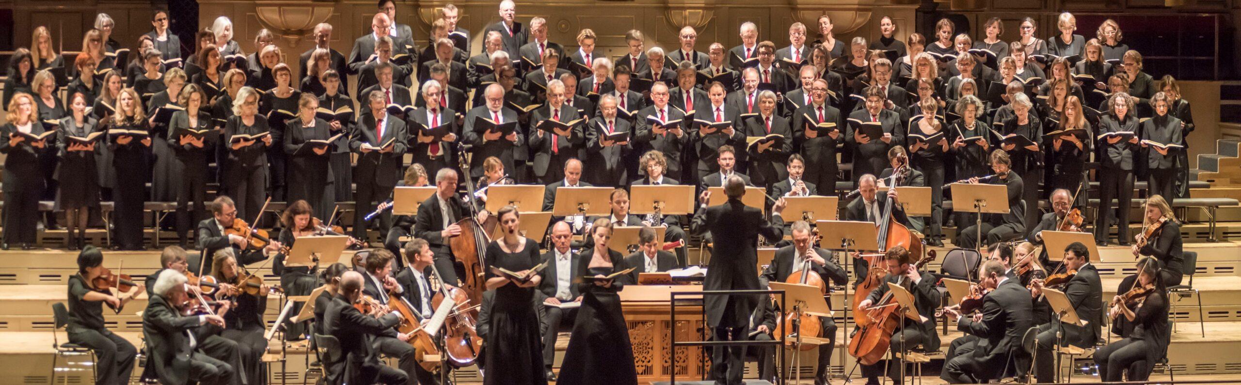 Mit Orchester, Solisten und Solistinnen
