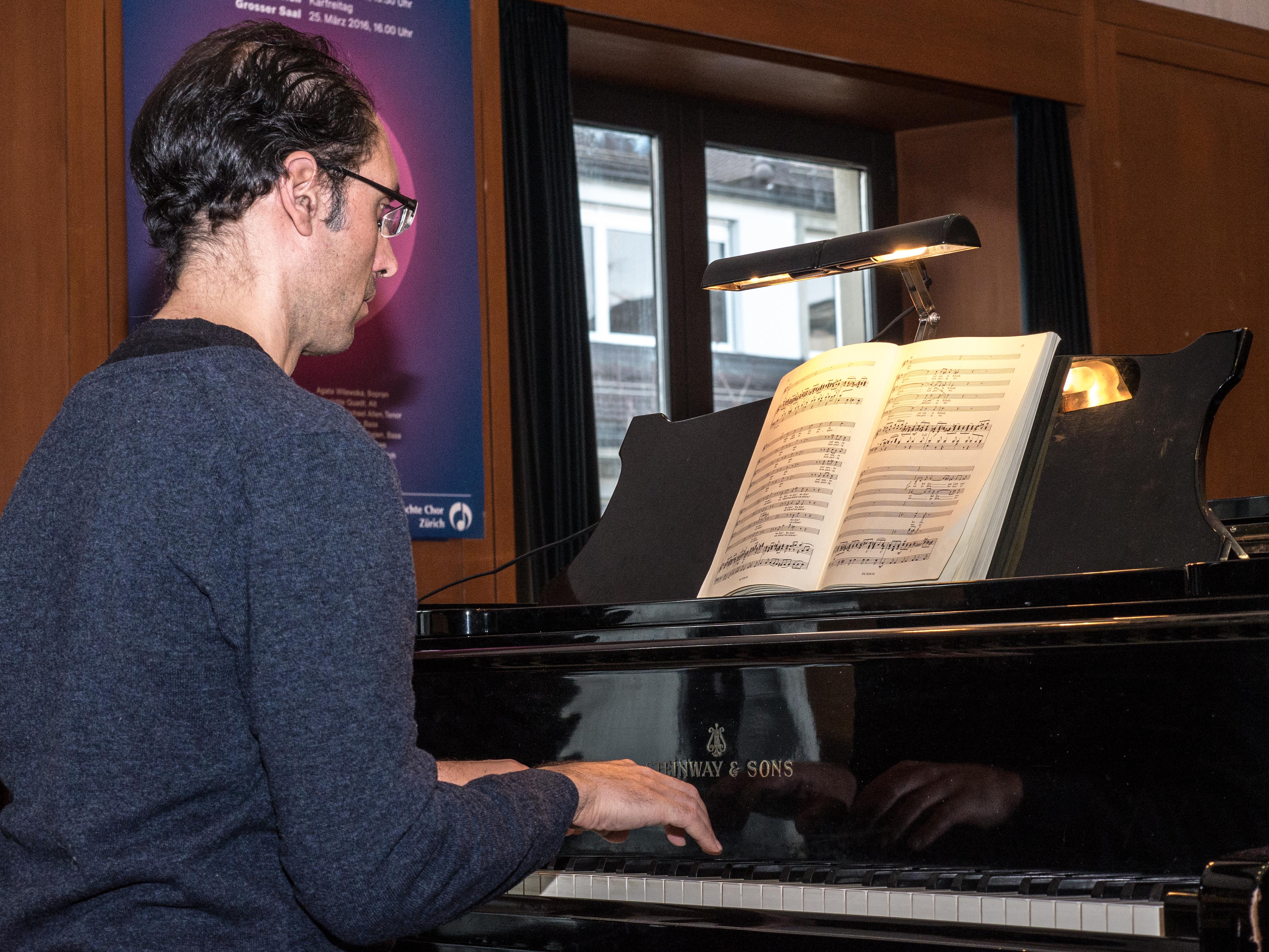 Korrepetitor Giancarlo Prossimo an der Probe des gemischten Chores Zürich